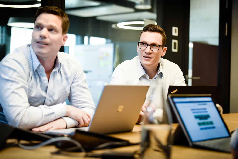 Bild zweier Mitarbeiter im Workshop